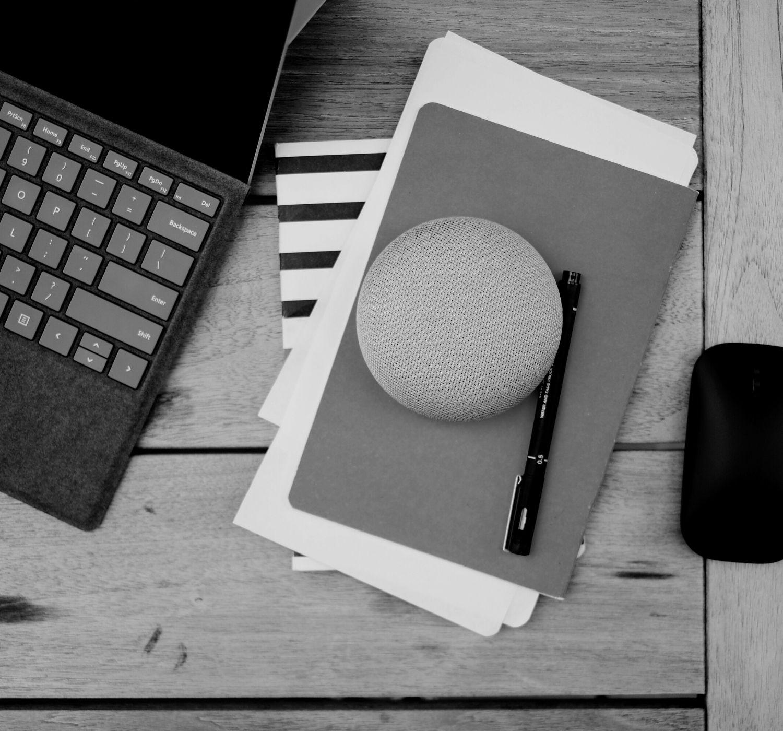 sul tavolo pc portatile, penna, mouse, quaderni