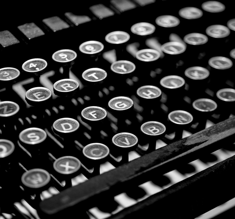 primo piano sui tasti della macchina per scrivere vintage e in bianco e nero