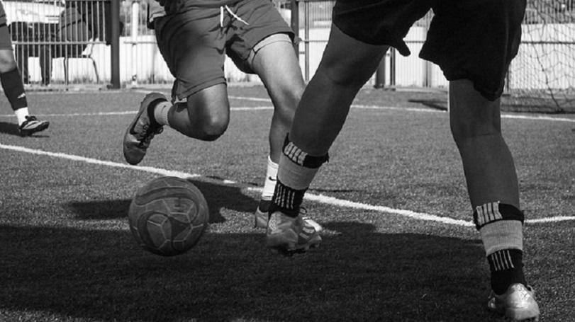 foto in bianco e nero di ragazze che giocano a calcio