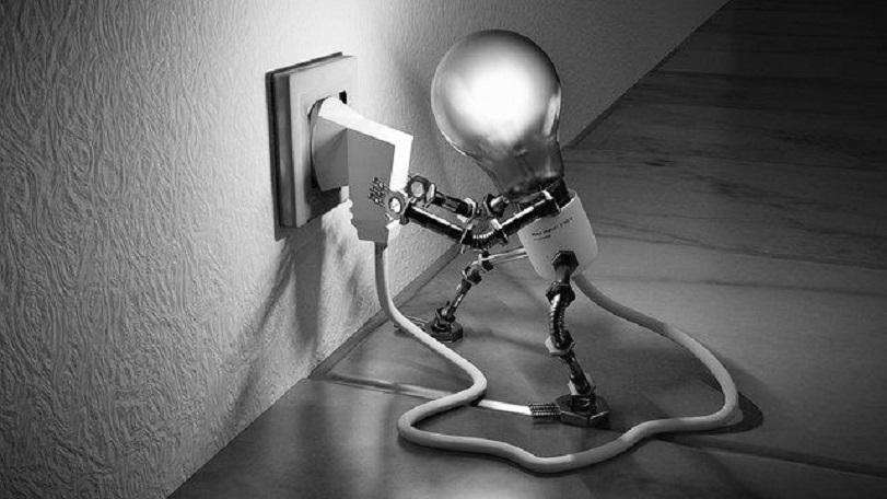 una lampadina si inserisce la spina nella presa della corrente per illuminarsi. metafora della creatività perduta, da riattivare.