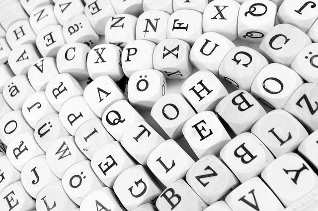 cubetti di legno con impresse le lettere dell'alfabeto